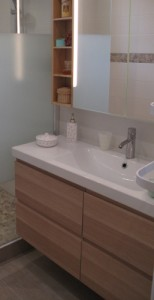 utilisez des meubles suspendus comment amnager votre salle de bain